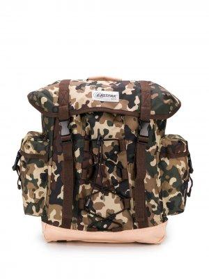 Рюкзак с камуфляжным принтом Eastpak. Цвет: коричневый