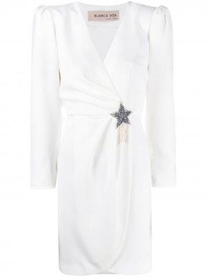 Платье Amanda с брошью Blanca Vita. Цвет: белый