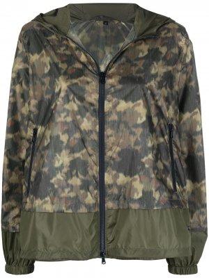 Куртка с капюшоном и камуфляжным принтом Fay. Цвет: зеленый
