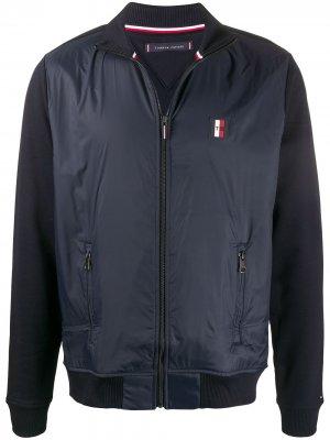 Куртка с воротником-воронкой и логотипом Tommy Hilfiger. Цвет: синий