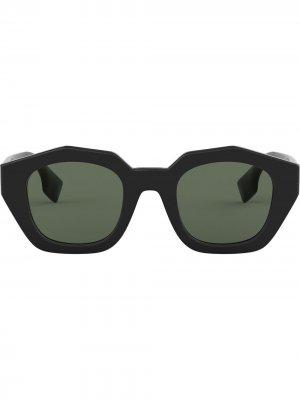 Солнцезащитные очки в оправе геометричной формы Burberry Eyewear. Цвет: черный