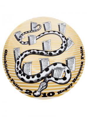 Тарелка с календарным принтом 2010 Fornasetti. Цвет: черный
