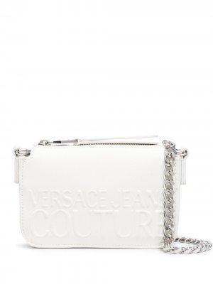 Сумка через плечо с тисненым логотипом Versace Jeans Couture. Цвет: белый