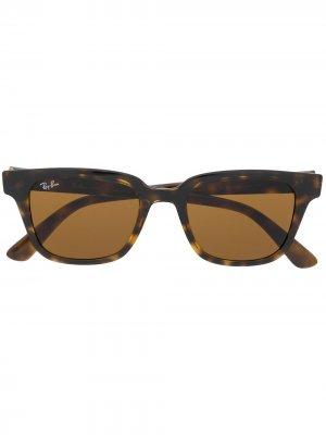 Солнцезащитные очки в прямоугольной оправе черепаховой расцветки Ray-Ban. Цвет: коричневый