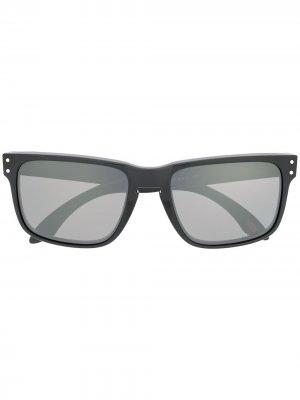 Солнцезащитные очки в прямоугольной оправе Oakley. Цвет: черный