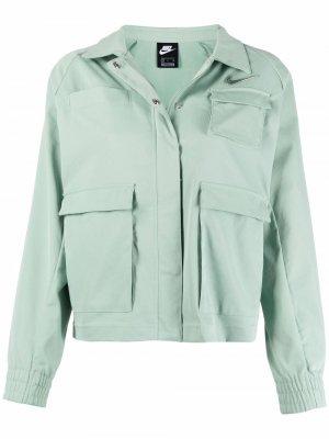 Укороченная куртка с нашивкой Swoosh Nike. Цвет: зеленый