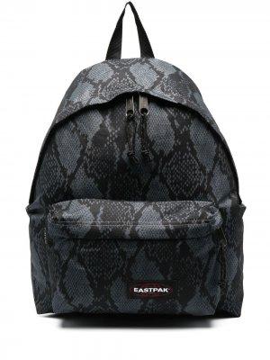 Рюкзак со змеиным принтом Eastpak. Цвет: серый