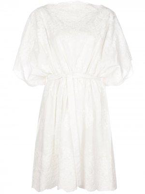 Платье с широкими рукавами и вышивкой Natori. Цвет: белый