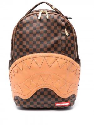 Рюкзак на молнии с тисненым узором Sprayground. Цвет: коричневый