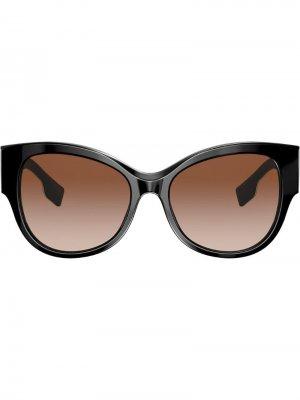 Солнцезащитные очки в массивной оправе Burberry Eyewear. Цвет: черный