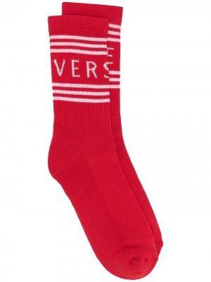 Носки в полоску с логотипом Versace. Цвет: красный