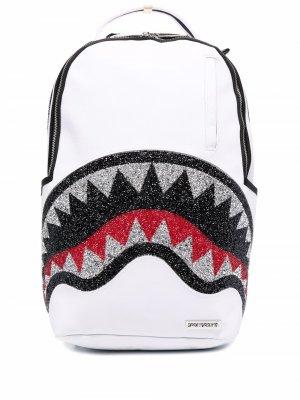 Декорированный рюкзак Trinity Shark Sprayground. Цвет: белый