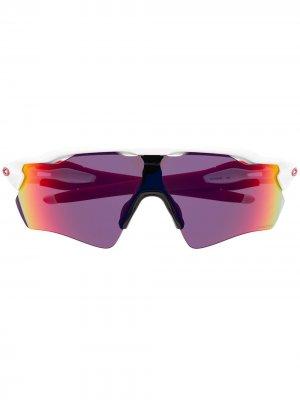 Массивные солнцезащитные очки Radar EV Path Oakley. Цвет: красный