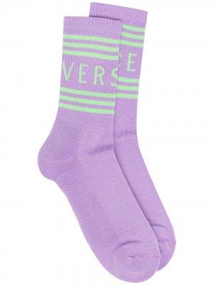 Носки в рубчик с логотипом Versace. Цвет: фиолетовый