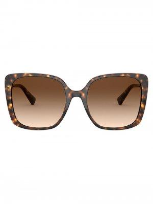 Солнцезащитные очки в массивной квадратной оправе Bvlgari. Цвет: коричневый