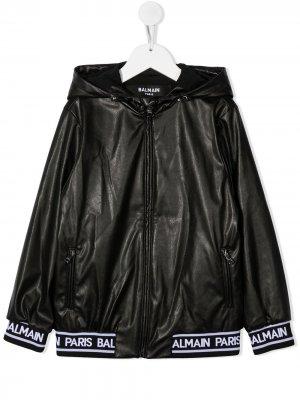 Непромокаемая куртка с фактурным логотипом Balmain Kids. Цвет: черный