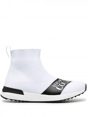 Кроссовки-носки с логотипом Versace Jeans Couture. Цвет: белый