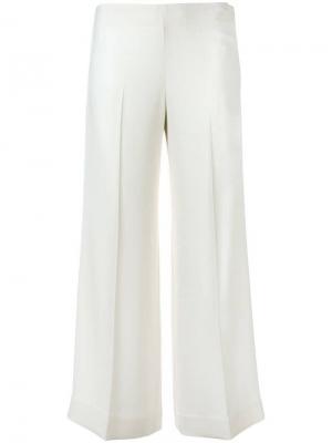 Укороченные расклешенные брюки Theory. Цвет: белый