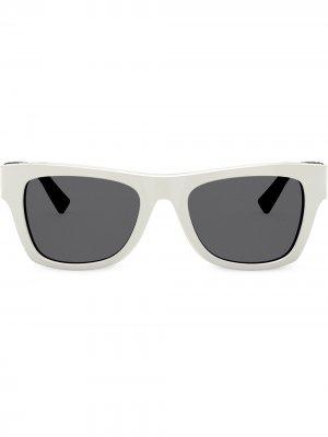 Солнцезащитные очки в квадратной оправе с логотипом VLogo Valentino Eyewear. Цвет: белый