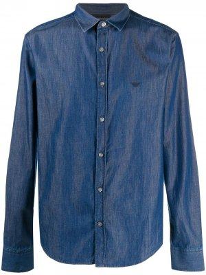 Джинсовая рубашка с вышитым логотипом Emporio Armani. Цвет: синий