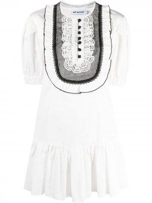 Платье с приспущенной талией и оборками Self-Portrait. Цвет: белый