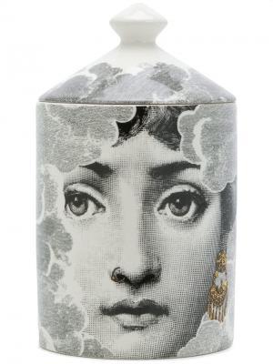 Свеча в стакане с принтом лица Fornasetti. Цвет: черный