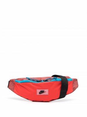 Поясная сумка Sportswear Heritage Hip Pack Nike. Цвет: красный