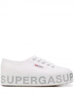 Кроссовки на платформе с логотипом Superga. Цвет: белый