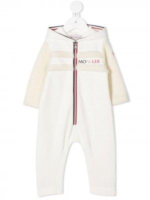 Комбинезон с отделкой из шерпы и логотипом Moncler Enfant. Цвет: белый