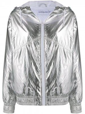 Ветровка с капюшоном и эффектом металлик Calvin Klein Jeans. Цвет: серебристый