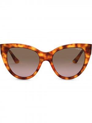 Массивные солнцезащитные очки в оправе кошачий глаз Vogue Eyewear. Цвет: коричневый