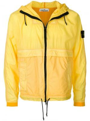 Куртка с капюшоном Stone Island. Цвет: желтый