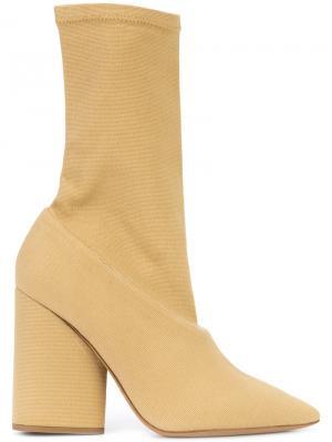Туфли с острым носком Yeezy. Цвет: нейтральные цвета