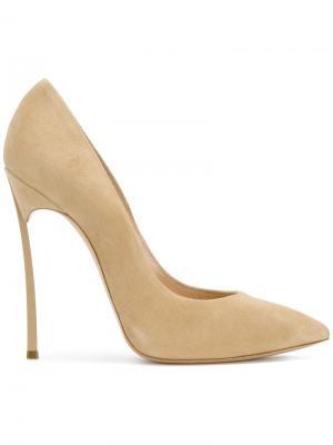 Туфли-лодочки с заостренным носком на шпильке Casadei. Цвет: телесный