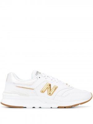 Кроссовки с эффектом металлик и нашивкой-логотипом New Balance. Цвет: белый