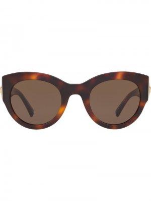 Солнцезащитные очки в массивной оправе черепаховой расцветки Versace Eyewear. Цвет: коричневый