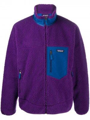 Флисовая куртка на молнии с нашивкой-логотипом Patagonia. Цвет: фиолетовый