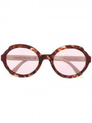 Солнцезащитные очки черепаховой расцветки Prada Eyewear. Цвет: красный