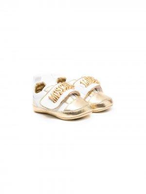 Туфли с эффектом металлик и логотипом Moschino Kids. Цвет: белый