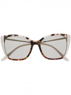 Солнцезащитные очки в оправе кошачий глаз черепаховой расцветки Prada Eyewear. Цвет: коричневый